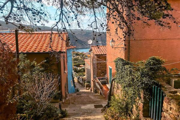 Paesino di Capraia Isola di Capraia passeggiata capraia Toscana Italia Passione Passaporto
