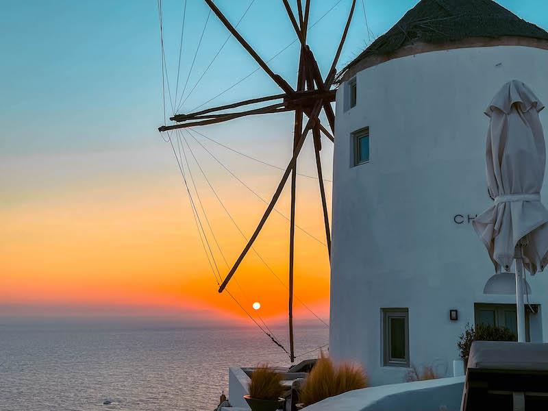 Tramonto Oia Dove vedere tramonto Oia Cosa vedere Oia mulini Oia Santorini Grecia Passione Passaporto
